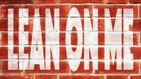 Maigre sur moi sur un mur de briques image stock
