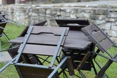 Maigre vide de table et de chaises sur la table photos libres de droits