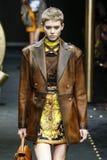 Maike Inga går landningsbanan på den Versace showen på Milan Fashion Week Autumn /Winter 2019/20 royaltyfria bilder