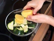 Maiking di una minestra della crema di zuccini Immagini Stock Libere da Diritti