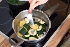 Maiking di una minestra della crema di zuccini Fotografia Stock Libera da Diritti