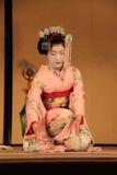 Maiko che esegue ballo di Kyomai fotografia stock