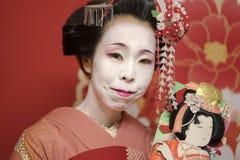 Maiko en和服coifée d ` épingles kanzashi和房客une raque 库存照片