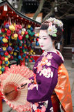 Maiko in Kyoto mit Regenschirm Stockbild