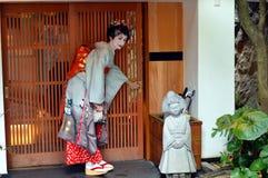 Maiko otwiera ślizgowego drzwi, Kyoto, Japonia zdjęcie royalty free