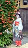 Maiko pozuje z kwiatami, Kyoto, Japonia obraz stock