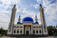 Maikop,俄罗斯-大约2017年8月:大回教寺庙 其中一个Maykop的主要视域和标志 库存图片
