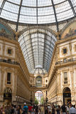 Mailand-Einkaufszentrum mit Leuten und Decke Lizenzfreie Stockfotografie