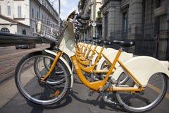 Mailand-Fahrräder für Miete Stockfotografie
