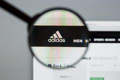 Mailand, Italien - 10. August 2017: Adidas-Logo auf dem Websitehaus Stockfoto