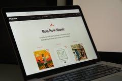 Mailand, Italien - 10. August 2017: Pitchfork-Websitehomepage Es i Stockfotos