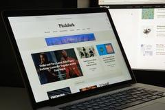 Mailand, Italien - 10. August 2017: Pitchfork-Websitehomepage Es i Lizenzfreie Stockfotografie