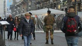 Mailand, Italien 24. Februar 2017 Gedrängte Straße Die Fußgängerzone wird von bewaffneten Soldaten patrouilliert Rückseitige Ansi stock video footage