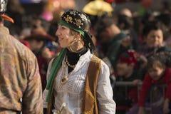 Piratenfrau, die in der Parade, Mailand lächelt Stockfotografie