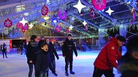 Mailand, Italien - 5. Januar 2019 Leute, die auf Eisbahn im Stadtzentrum am Abend, Zeitlupeschuß eislaufen stock video footage