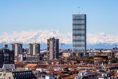 MAILAND, ITALIEN AM 27. MÄRZ 2015: Isozaki-Wolkenkratzer und der große rosa Berg vom Duomo überdachen Terrasse Lizenzfreie Stockfotografie