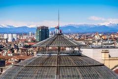 MAILAND, ITALIEN AM 27. MÄRZ 2015: Leute auf Galeriehaube Vittorio Emanueles II von der Duomodachterrasse Stockfotografie
