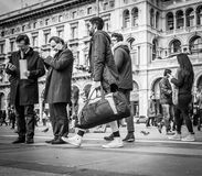 Mailand, Italien - 23. März 2016: Männer und Frauen, die das bewegliche p verwenden Lizenzfreies Stockbild