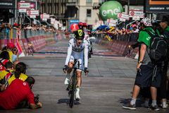 Mailand, Italien am 28. Mai 2017: Adam Yates, Orica-Team, herein mit Jersey auf der Ziellinie Lizenzfreie Stockbilder