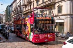 Mailand, Italien - 25. Mai 2016: Leute gehen auf den roten Bus und sehen den Anblick Stockfotos