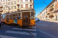 MAILAND, ITALIEN - 6. September 2016: Italienische Tram schaltet das Recht auf der Straße über Luigi Settembrini ein Lizenzfreies Stockbild