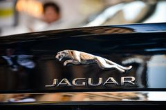 Mailand, Italien - 24. September 2017: Jaguar-Logo auf einem schwarzen Sport Stockfoto