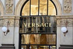 MAILAND, ITALIEN - 7. SEPTEMBER 2017: Versace-Schild im Galleria Vittorio Emanuelle II, Mailand, Italien stockfotos