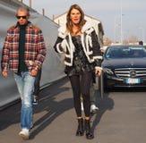 MAILAND - 14. JANUAR: Anna Dello Russo, die in die Straße vor Modeschau DSQUARED2, während Milan Fashion Weeks geht Lizenzfreies Stockbild