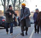 MAILAND - 14. JANUAR: Bemannen Sie das Gehen in die Straße vor DAKS-Modeschau, während Milan Fashion Week Mans Lizenzfreies Stockfoto