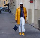 MAILAND - 14. JANUAR: Eleganter Mann, der für Fotografen vor DAKS-Modeschau, während Milan Fashion Week Mans aufwirft Stockfoto