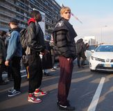 MAILAND - 14. JANUAR: Englischer Junge, der in der Straße nach Modeschau DSQUARED2, während Milan Fashion Weeks aufwirft Stockbilder