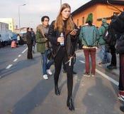 MAILAND - 14. JANUAR: Moderne Frau, die in die Straße nach Modeschau DSQUARED2, während Milan Fashion Weeks geht Lizenzfreies Stockfoto