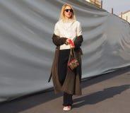 MAILAND - 14. JANUAR: Moderne Frau, die in die Straße vor Modeschau DSQUARED2, während Milan Fashion Weeks geht Lizenzfreie Stockfotografie