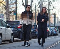 MAILAND - 14. JANUAR: Verbinden Sie das Gehen in die Straße vor DAKS-Modeschau, während Milan Fashion Week Mans Stockbild