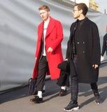 MAILAND - 14. JANUAR: Zwei-manngehen in die Straße vor Modeschau DSQUARED2, während Milan Fashion Weeks Stockbild