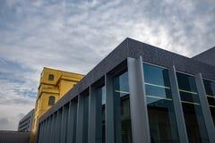 Mailand, - Museum Fondzione Prada - goldenes gelbes warmes Gebäude IM FEBRUAR 2019 und Himmel ITALIENS mit Wolken lizenzfreies stockfoto