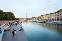 Mailand neues Darsena, neu entwickeltes Dock mit Leuten im Sommer Stockfotografie