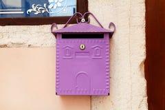 mailbox Фиолетовый домашний почтовый ящик Розовый почтовый ящик на улице Rovinj Стоковое Изображение RF