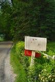 Mailbox auf einer Landstraße Stockfotografie