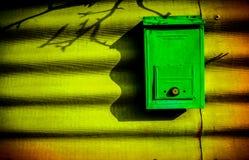 mailbox caixa postal home Caixa postal cor-de-rosa na rua de Rovinj, fotografia de stock royalty free