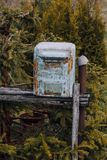 mailbox it& x27 s φιαγμένο από μέταλλο το χρώμα σε το που ξεφλουδίζεται σχεδόν μακριά στάση στην οδό στοκ εικόνα με δικαίωμα ελεύθερης χρήσης