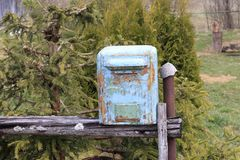 mailbox it& x27 s φιαγμένο από μέταλλο το χρώμα σε το που ξεφλουδίζεται σχεδόν μακριά στάση στην οδό στοκ εικόνες με δικαίωμα ελεύθερης χρήσης
