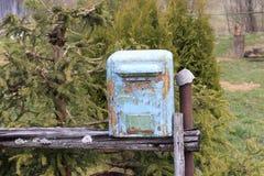 mailbox it& x27; s fez do metal a pintura nela descascou quase fora Estar na rua imagens de stock royalty free