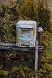 mailbox it& x27; s fez do metal a pintura nela descascou quase fora Estar na rua imagem de stock royalty free
