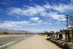 Mailboxes auf Wüsten-Datenbahn Stockbild
