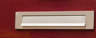 Maildrop на красной двери Стоковые Изображения RF