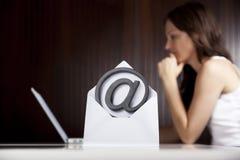 Mailen des Konzeptes: Am Zeichen mit Frau und Laptop. Stockfoto