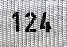 Maille en plastique blanche avec le nombre noir 124 image libre de droits