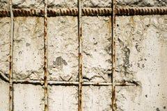 Maille rouillée en métal dans le mur photo libre de droits