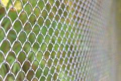 Maillon de chaîne clôturant la barrière de cyclone Photographie stock libre de droits